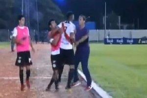 Футболист подрался с заменившим его тренером