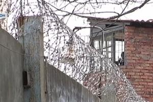 В Херсоне арестант сбежал, перепрыгнув 4-метровый забор на глазах у конвоиров