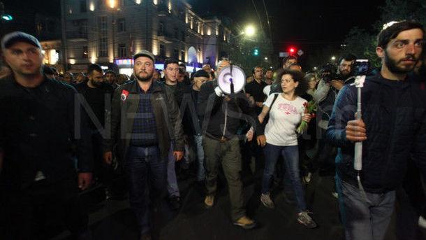 В Ереване тысячи людей протестуют против нового премьера