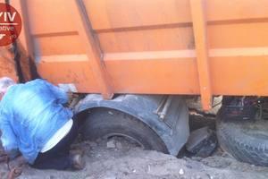 В Киеве мусоровоз провалился под асфальт