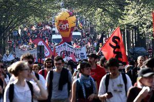 Во Франции бушуют протесты против реформ президента Макрона