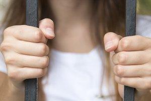 СИЗО или психушка: у матери, спасшей дочь от престарелого насильника, не оказалось выбора