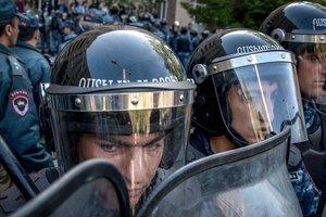 Демонстранты в Ереване заблокировали проезд кортежа министра обороны