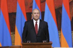 Президент Армении пришел к протестующим в центре Еревана