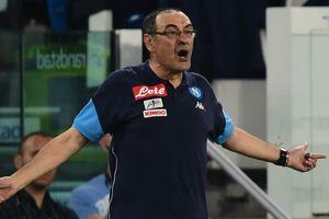 """Тренер """"Наполи"""" показал неприличный жест фанатам: """"Я ответил на плевок"""""""