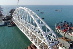 Крымский мост дал трещины: опубликовано фото