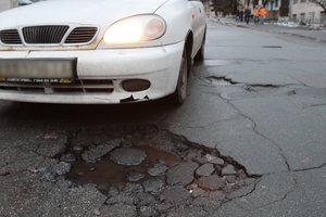 Повредил машину из-за ям на дороге: как получить компенсацию