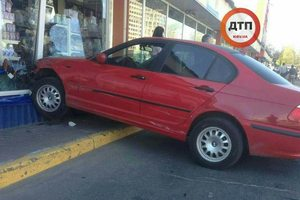 Курьезное ДТП: девушка не смогла затормозить из-за каблуков и влетела в магазин