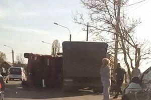 Под Одессой столкнулись две фуры, одна перевернулась: видео