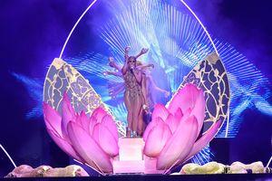 Босиком и в откровенном костюме: Дженнифер Лопес на премии Billboard Latin Music Awards