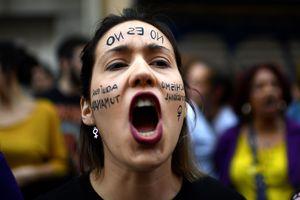 Десятки тысяч людей в Испании протестуют против приговора насильникам