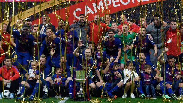 «Барселона» провела чемпионский парад встолице Каталонии
