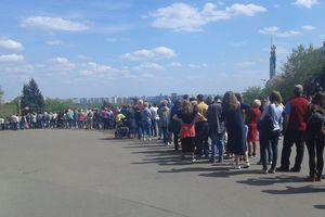 На яркую выставку тюльпанов в Киеве выстраиваются огромные очереди