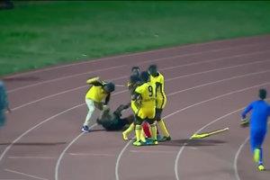 Драка на поле: футболисты учинили расправу над арбитром во время матча