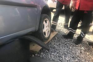 """В Киеве спасатели вытащили авто из """"пропасти"""""""