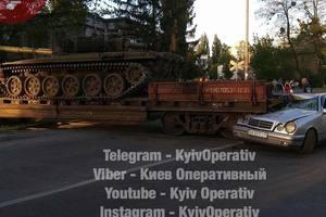 В Киеве в ДТП попал поезд с танком