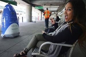 """Посетительницы аэропорта Нью-Йорка обвинили робота-охранника в """"похотливых"""" взглядах"""