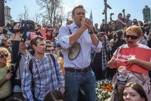 В автозак вперед ногами: появилось видео задержания Навального в Москве