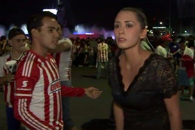 Репортер избила пощупавшего ееягодицы футбольного поклонника