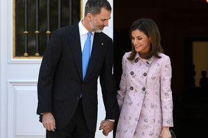 Яркий джемпер и кожаная юбка: королева Испании показала стильный образ