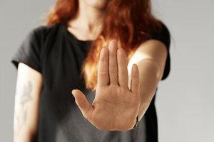 Нет насилию: какая модель поведения указывает на моральное насилие в отношениях
