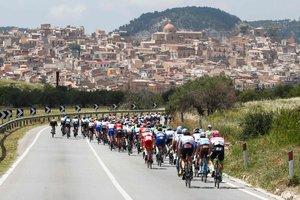 """Во время гонки """"Джиро д'Италия"""" погиб мотоциклист, попавший под колеса автомобиля"""
