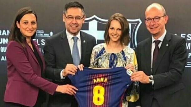 «Барселона» подарила именную футболку украинской шахматистке
