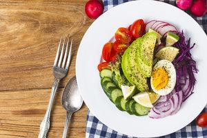Весенний салат из редиса с огурцами, авокадо, черри и капустой