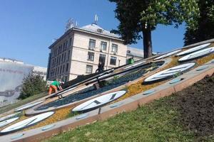 Цветочные часы в Киеве украсят петриковской росписью