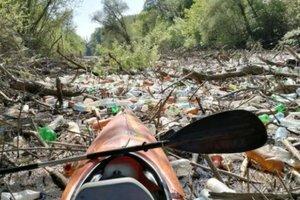 """В Венгрию хлынули """"реки"""" украинского мусора"""