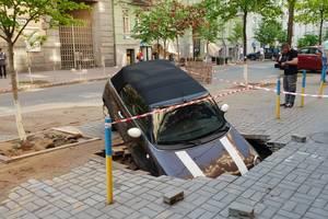 В Киеве авто ушло под землю: причины и последствия ЧП