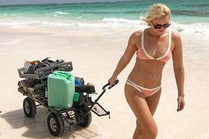 Линдси Вонн в бикини занялась уборкой мусора на пляже