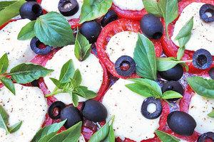 """Салат """"Капрезе"""": рецепт с томатами, моцареллой, базиликом и маслинами"""