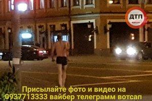 В Киеве на Подоле разгуливал мужчина в плавках и с монтировкой