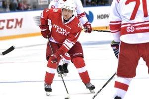 Путин сыграл в хоккей с олигархами и чиновниками: опубликовано видео, фото