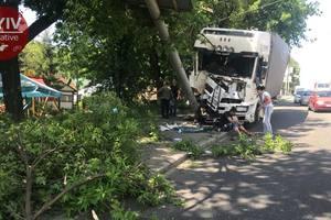 В Киеве грузовик на полной скорости снес столб и вылетел на тротуар