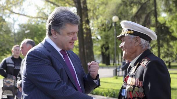 Внук умер наДонбассе: Порошенко наградил орденом «Замужество» 100-летнего ветерана