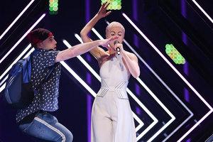 """На британскую певицу SuRie напали прямо во время выступления на """"Евровидении"""""""