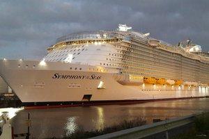 """Крупнейший в мире круизный лайнер """"Симфония морей"""" отправился в первое путешествие"""