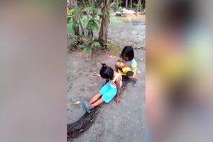 Девочки прокатились на спине гигантского питона: курьезное видео