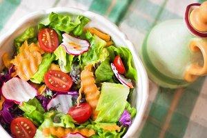Зеленый салат с редисом, молодой морковью и томатами черри