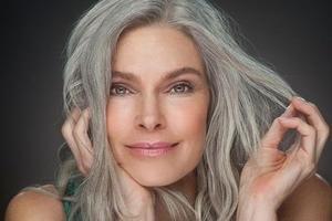 Ученые выяснили, о чем кроме возраста свидетельствуют седые волосы