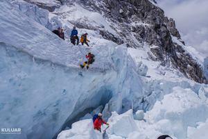 Украинские альпинисты покорили Эверест, но застряли на спуске