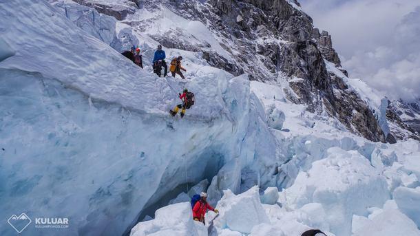 Украинцы попали в беду при покорении Эвереста, их отказываются спасать
