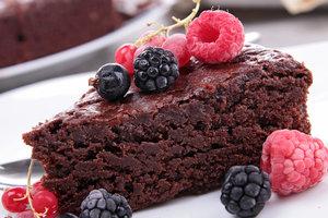 Десерт для настоящих сладкоежек: трюфельный торт с черным шоколадом