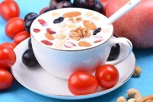 Лечит страшные болезни: кому необходимо есть йогурты