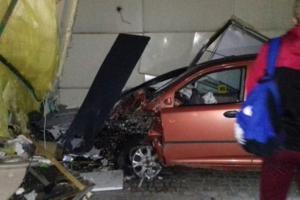 В Харькове иномарка влетела в киоск: есть пострадавший