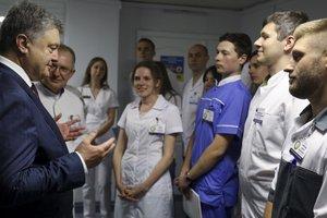 Порошенко посетил раненых бойцов в больнице Днепра