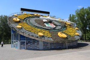 """Самые большие в Европе цветочные часы одели в яркую """"вышиванку"""" из 22 тысяч цветов"""