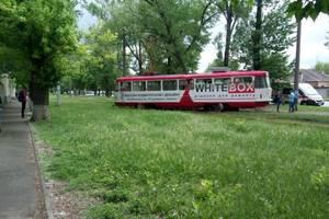 В Харькове трамвай слетел с рельсов и перекрыл пути